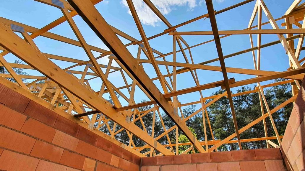dach drewniany domu w rąbieniu (3)