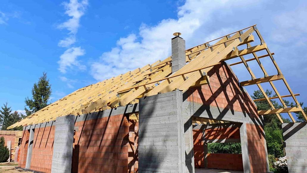dach drewniany domu w rąbieniu