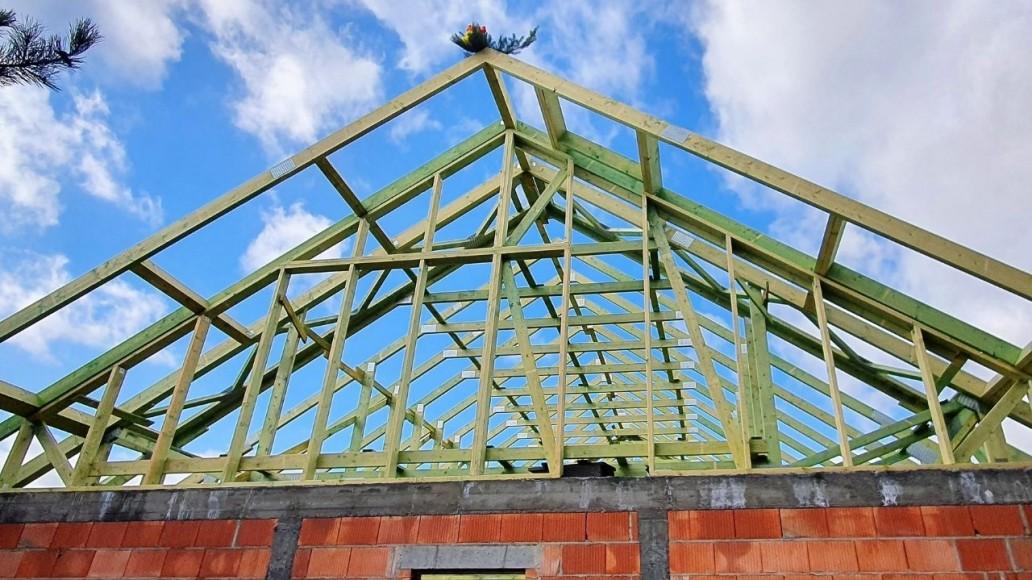drewniana konstrukcja dachu domu w świątnikach(1)