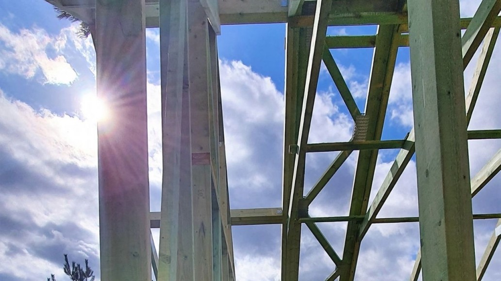 drewniana konstrukcja dachu domu w świątnikach(3)