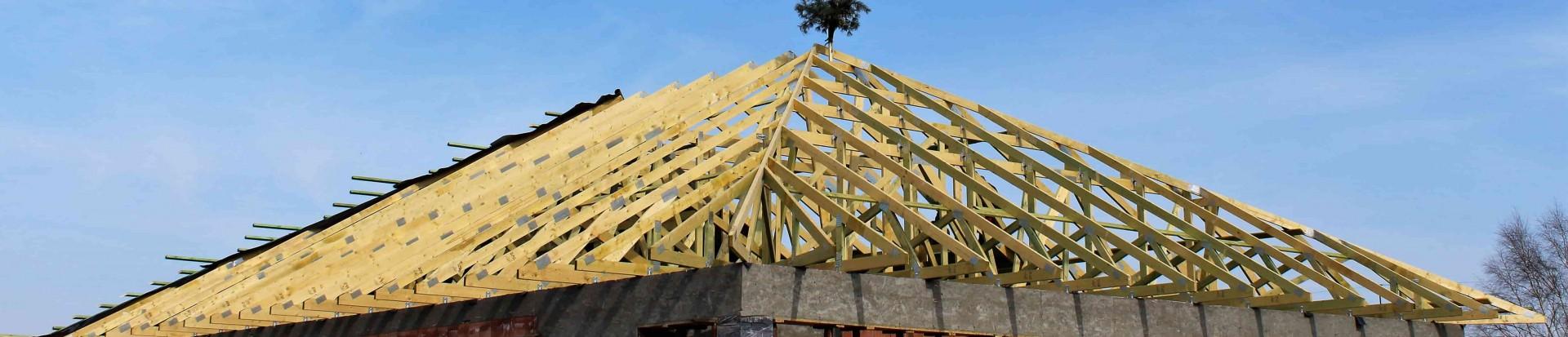 Wiązarowa konstrukcja dachu domu w Rosanowie