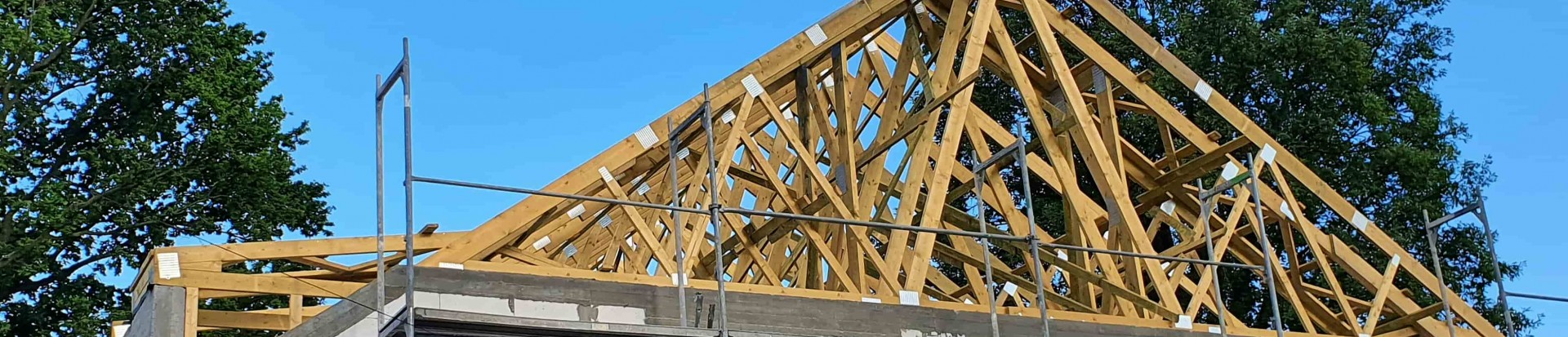 Konstrukcja dachu domu w miejscowości Wiśniowa Góra