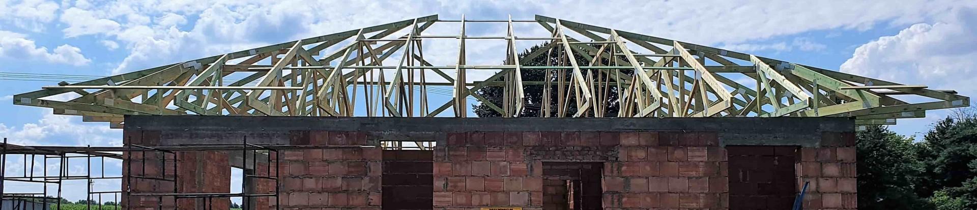 Drewniana konstrukcja dachu domu w miejscowości Besiekierz
