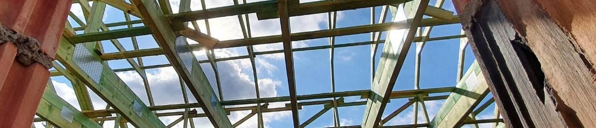 Ciąg dalszy realizacji drewnianej konstrukcji dachu domu w miejscowości Świątniki