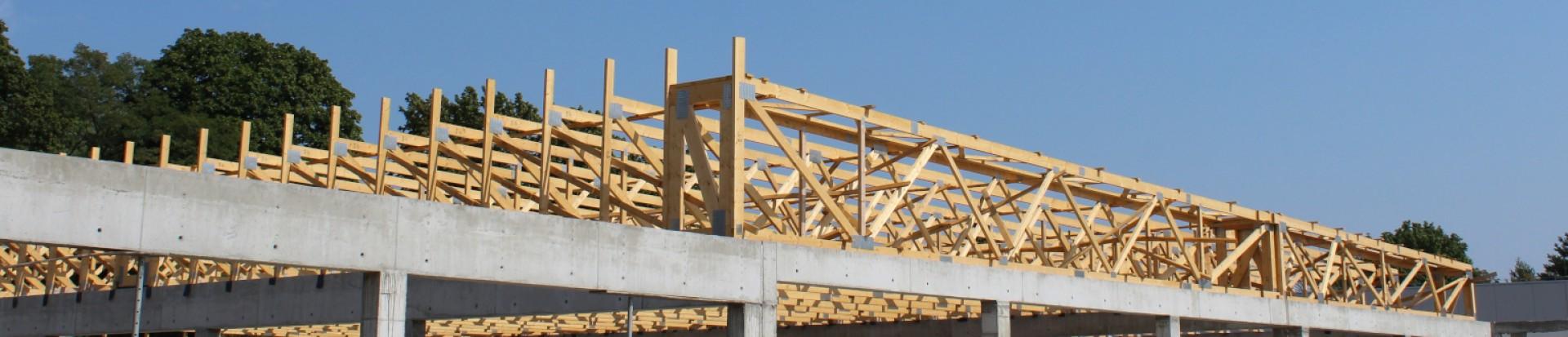 Montaż konstrukcji dachu pawilonu handlowego w miejsc. Konstancin-Jeziorna