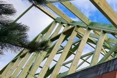 drewniana konstrukcja dachu domu w świątnikach(2)