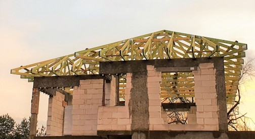 Kontynuajca realizacji konstrukcji drewnianej dachu w miejscowości Ksawerów