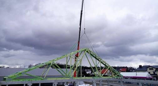 Konstrukcja dachu prefabrykowanego pawilonu handlowego w miejscowości Stężyca