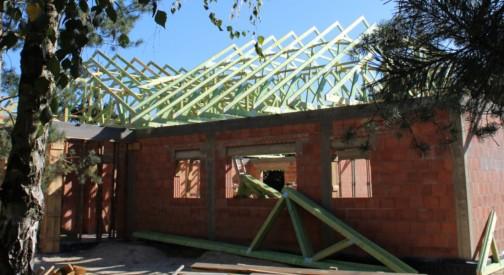Konstrukcja dachu budynku w miejsc. Aleksandrów Łódzki