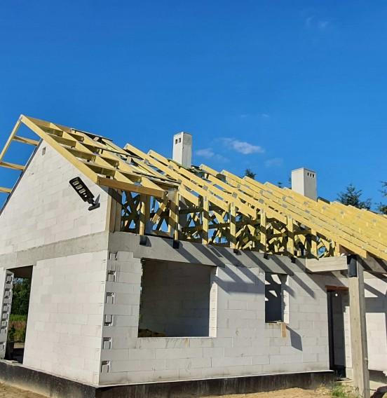 Konstrukcja drewnianego dachu domu w Ksawerowie