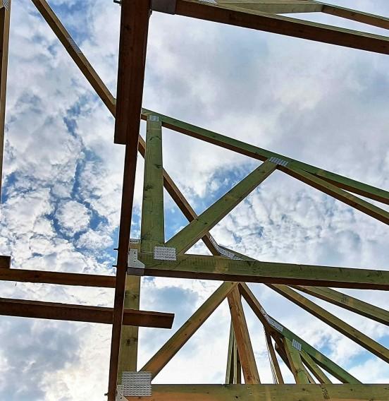 Realizacja wiązarowej konstrukcji dachu w Rydzynach
