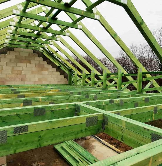 Wiązarowy dach domu parterowego w miejscowości Kolonia Grabowo