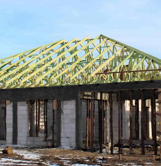 Wiązary dachowe w konstrukcji dachowej budynku mieszkalnego w Głownie