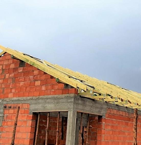 Szkielet dachu wiązarowego domu jednorodzinnego w Łodzi, przy ul. Romanowskiej