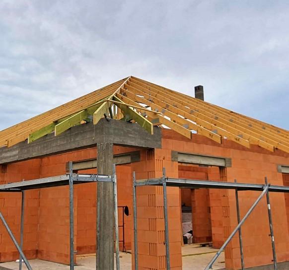 Drewniana konstrukcja dachu domu na Dolnym Śląsku