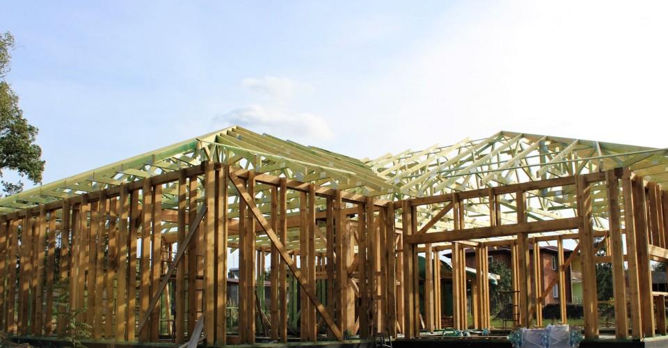 Realizacja dachu domu szkieletowego w miejsc. Okup Mały