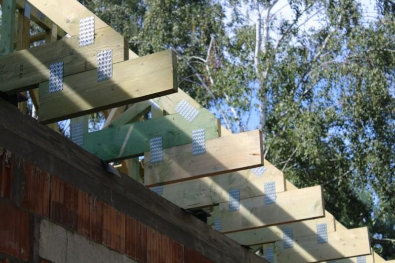 drewniana-wiezba-dachowa-z-plytkami-kolczastymi