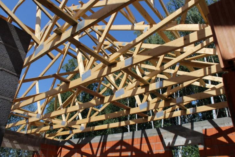 wiezba-drewniana-na-dachu-budynku